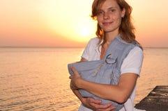Jeune mère avec du son Ba images libres de droits