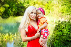 Jeune mère avec l'enfant de sourire Images libres de droits