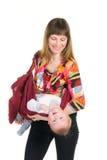 Jeune mère avec la chéri dans l'élingue plazing photographie stock