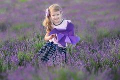 Jeune mère avec la jeune fille souriant sur le champ de la lavande Fille s'asseyant sur des mains de mère Fille dans coloré Photo libre de droits