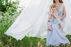 Jeune mère avec la petite fille sur la nature Images stock