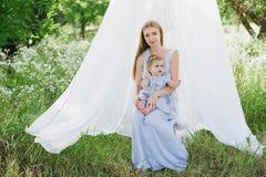 Jeune mère avec la petite fille sur la nature Image libre de droits
