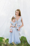 Jeune mère avec la petite fille sur la nature Photos libres de droits