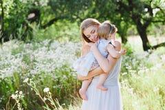 Jeune mère avec la petite fille sur la nature Image stock
