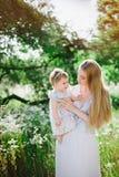Jeune mère avec la petite fille sur la nature Images libres de droits