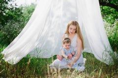 Jeune mère avec la petite fille sur la nature Photos stock