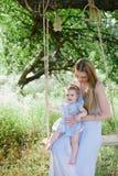 Jeune mère avec la petite fille sur la nature Photographie stock
