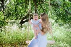 Jeune mère avec la petite fille sur la nature Photo stock