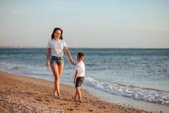 Jeune mère avec le fils dans le T-shirts blanc image libre de droits