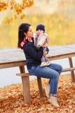 Jeune mère avec le petit descendant Photo stock