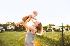 Jeune mère avec son fils de bébé dans le jardin Photos stock
