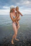 Jeune mère avec son fils sur un Pebble Beach Photos libres de droits