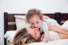 Jeune mère avec son petit fils de bébé de 7 mois Photos stock