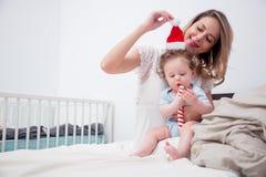 Jeune mère avec son petit fils de bébé de 7 mois Photos libres de droits