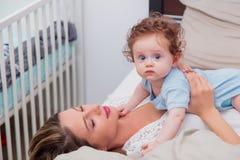 Jeune mère avec son petit fils de bébé de 7 mois Photographie stock