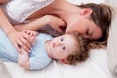 Jeune mère avec son petit fils de bébé de 7 mois Images stock