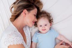 Jeune mère avec son petit fils de bébé de 7 mois Image libre de droits