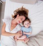 Jeune mère avec son petit fils de bébé de 7 mois Photographie stock libre de droits