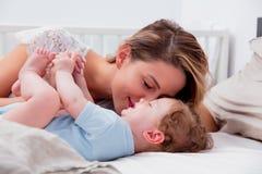 Jeune mère avec son petit fils de bébé de 7 mois Photo stock