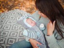 Jeune mère avec son petit garçon, en parc d'automne images stock