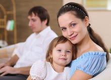 Jeune mère avec un descendant à la maison Photo stock