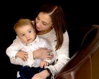 Jeune mère avec un petit fils Image stock