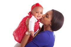 Jeune mère d'afro-américain jouant avec son bébé Images libres de droits