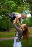 Jeune mère de beauté avec le fils Photographie stock libre de droits