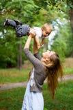 Jeune mère de beauté avec le fils Photos libres de droits