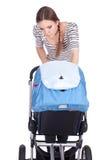 Jeune mère de fumage avec la poussette de chéri Image libre de droits