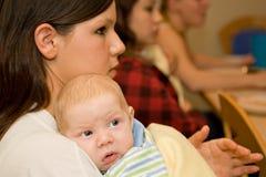 Jeune mère de garçon nouveau-né Photographie stock libre de droits