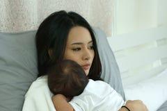 Jeune mère de l'Asie avec un bébé garçon Photos stock