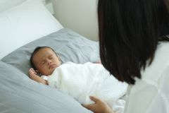 Jeune mère de l'Asie avec un bébé garçon Image stock
