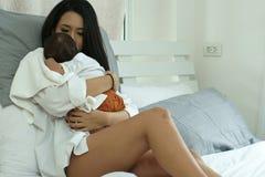 Jeune mère de l'Asie avec un bébé garçon Photo stock
