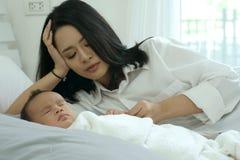 Jeune mère de l'Asie avec un bébé garçon Image libre de droits