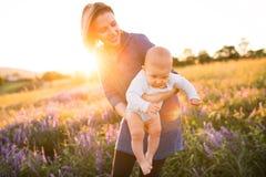 Jeune mère en nature avec le fils de bébé dans les bras Photos libres de droits