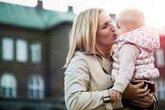 Jeune mère et bébé extérieurs au ressort Image libre de droits