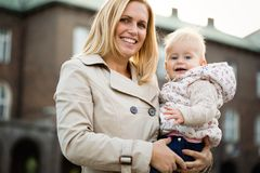Jeune mère et bébé extérieurs au ressort Images stock