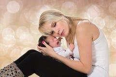 Jeune mère et bébé nouveau-né photos libres de droits
