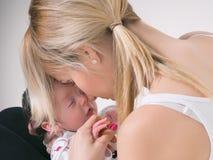 Jeune mère et bébé nouveau-né images stock