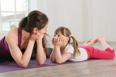 Jeune mère et fille faisant l'exercice de yoga photos libres de droits