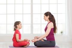 Jeune mère et fille faisant l'exercice de yoga image stock