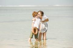 Jeune mère et fils ayant l'amusement sur la plage photographie stock
