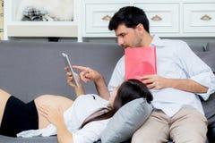 Jeune mère et mari de famille asiatique de couples à l'aide d'un comprimé Photographie stock