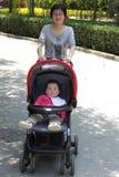 Jeune mère et sa chéri Photo libre de droits