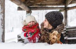 Jeune mère et sa fille au jour d'hiver Photos stock