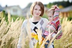 Jeune mère et sa fille d'enfant en bas âge en automne Photographie stock libre de droits