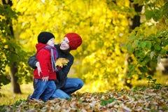 Jeune mère et sa fille d'enfant en bas âge en automne Images libres de droits