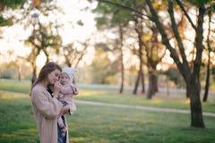 Jeune mère et sa petite fille de bébé ayant l'amusement dans un parc images stock