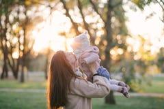 Jeune mère et sa petite fille de bébé ayant l'amusement dans un parc photo stock